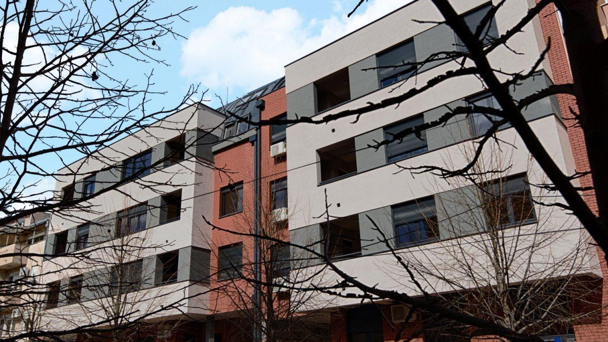 Novosadska zgrada u opeci koja povezuje matricu susednih objekata