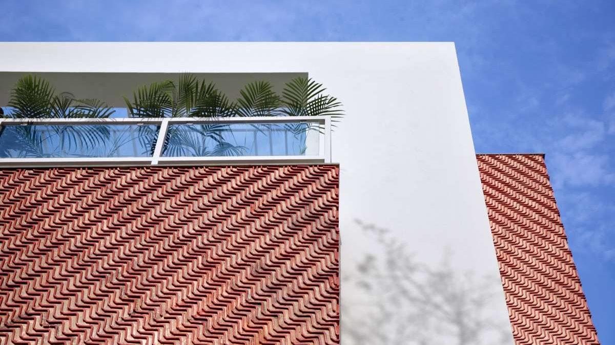 Krovni pokrivač na fasadi? Kako su reciklirani crepovi dekorisali zgradu
