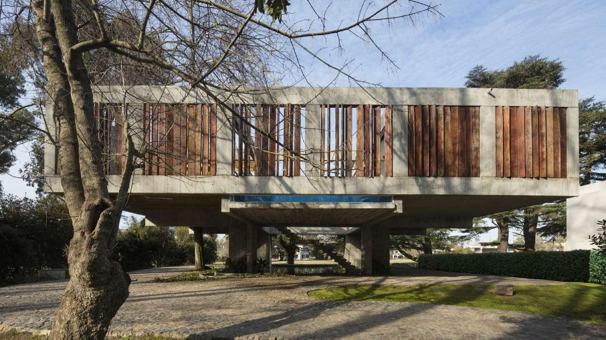 """Stub je stablo, a ploče čine krošnju: Ovako izgleda """"malo"""" drugačija kuća na drvetu"""