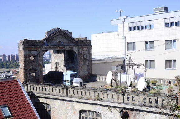 Pozornica na krovu zgrade u centru Beograda