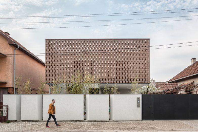 Glavni motiv koji definiše identitet kuće je čipka sačinjena od opeke u zoni prvog sprata; Foto: Relja Ivanić