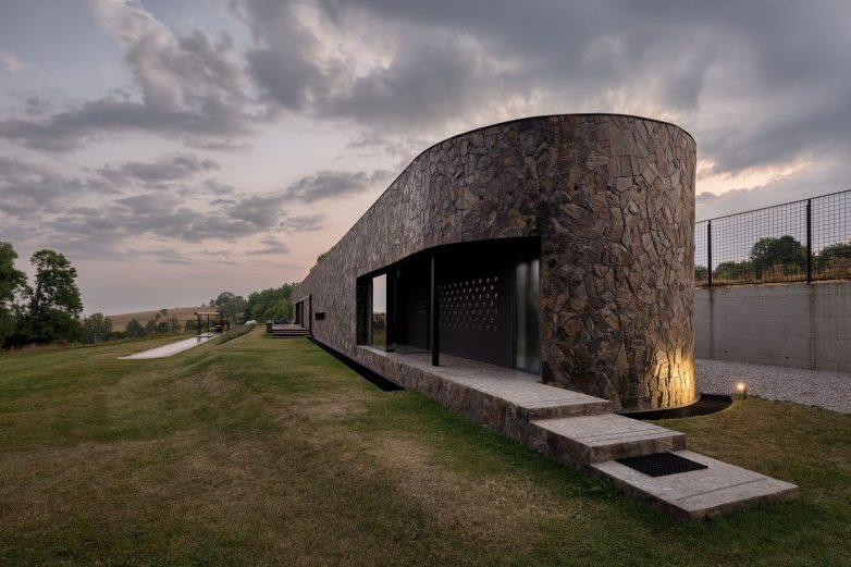 Kamen iz lokalnog kamenoloma korišćen je kao jedinstveni materijal za fasadni omotač; Foto: Relja Ivanić