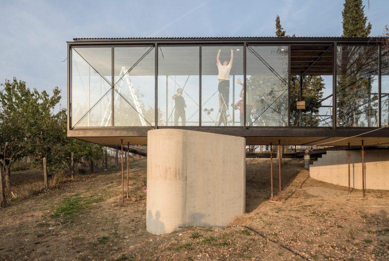 Kuća je u pravom smislu sagrađena lokalno, sa materijalima i uz pomoć majstora dostupnim u krugu od svega nekoliko kilometara. Foto: Miloš Martinović