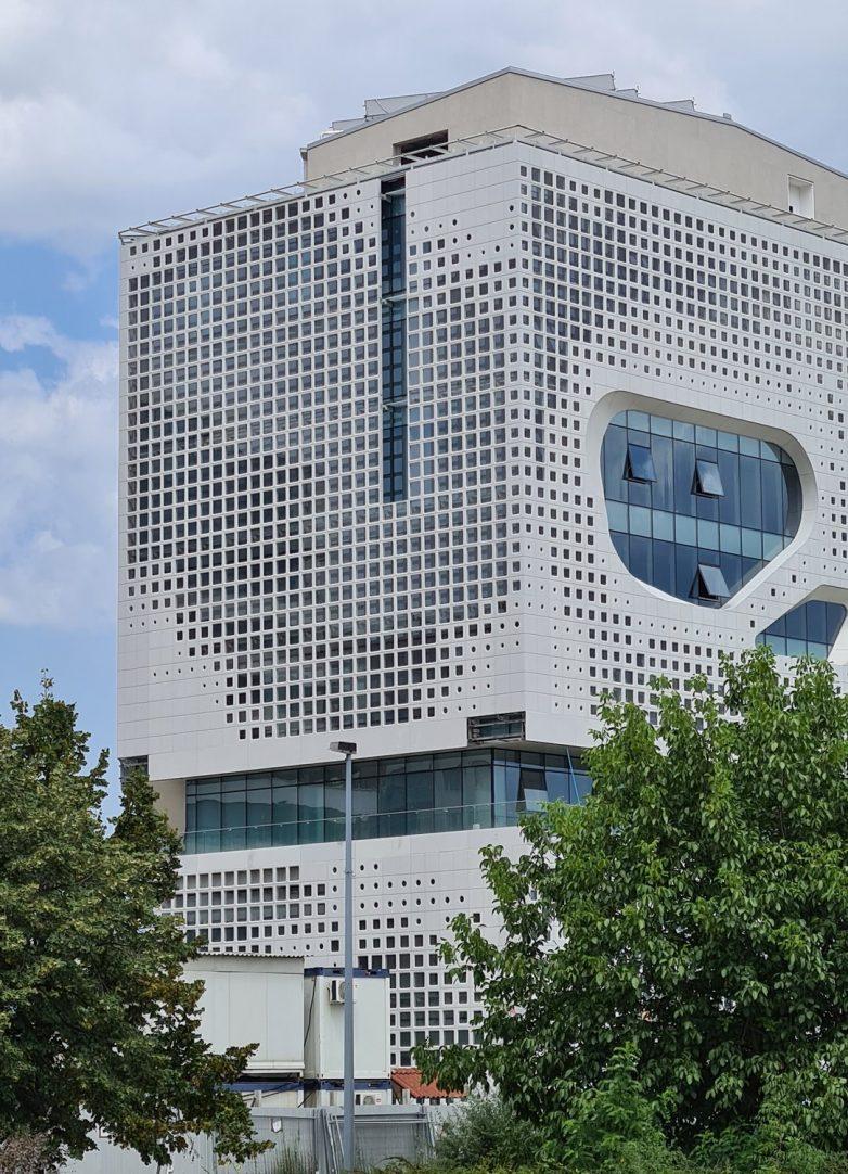 Kineski pejzaž na fasadi zgrade u Novom Beogradu; Foto: Gradnja.rs