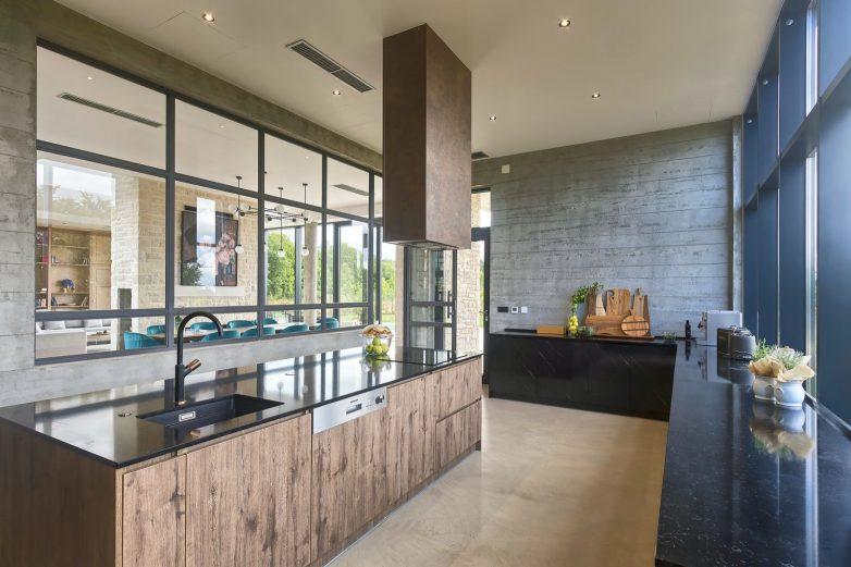 Prostrana kuhinja sa staklenim zidom; Foto: Valens Residence