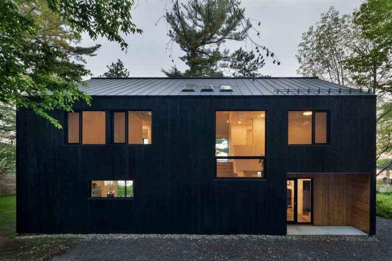 Klasičan oblik kuće ali neobična fasada; Foto: Adrien Williams