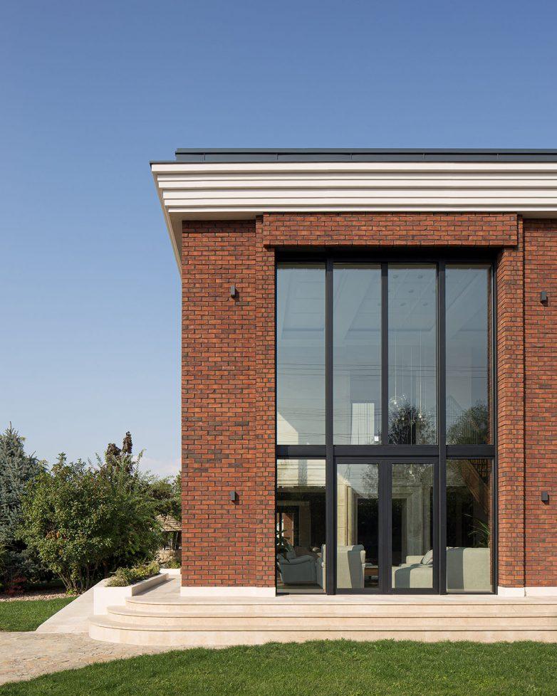 Klinker opeka i prirodni kamen korišćeni su za fasadu; Foto: Relja Ivanić