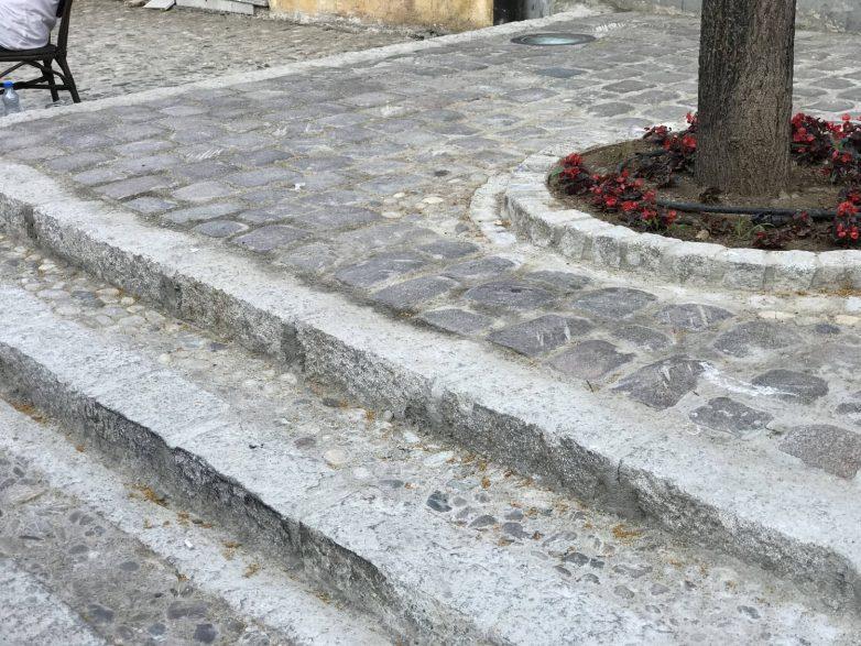 Detalj uličnog zastora, jun 2021; Foto: Marina Marković