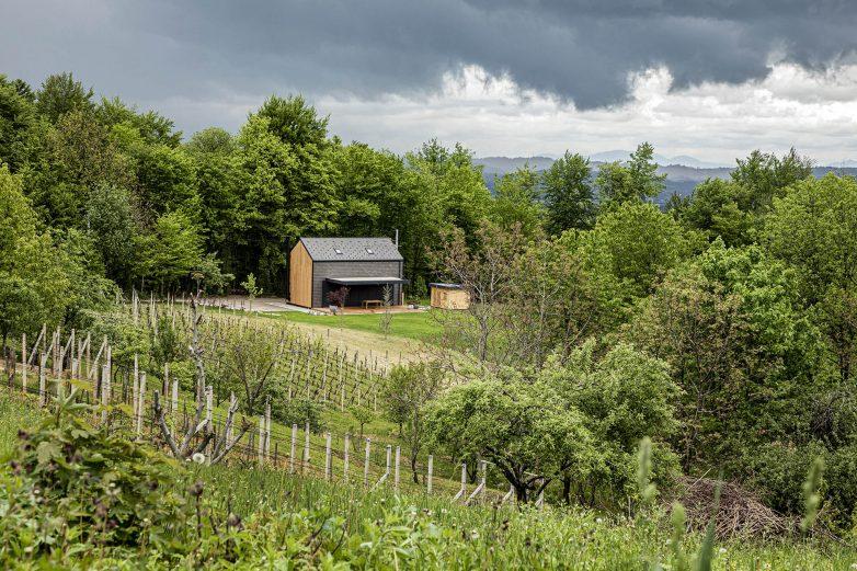 Ova kuća u prirodi ima priključak na struju, ali ne i za vodu i kanalizaciju; Foto: Urbane Ideje